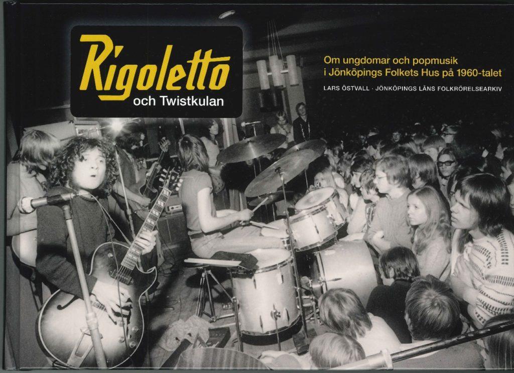 """Framsida av boken """"Rigoletto och Twistkulan"""". Omslaget utgörs till största delen av ett svartvitt fotografi av ett rockband på scen. Fotografiet är taget snett framifrån så att man även ser ansikten på människorna i publiken. Publiken står väldigt nära scen."""
