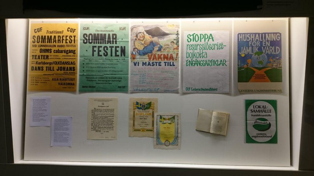 Affischer och diplom i monter.