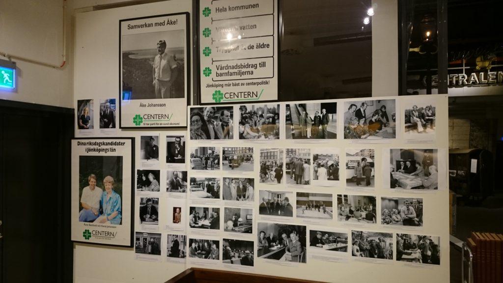 Svartvita fotografier och affischer monterade på vägg.