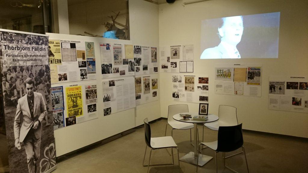 Fotografier monterade på skärmar som uppsatta på vit vägg.