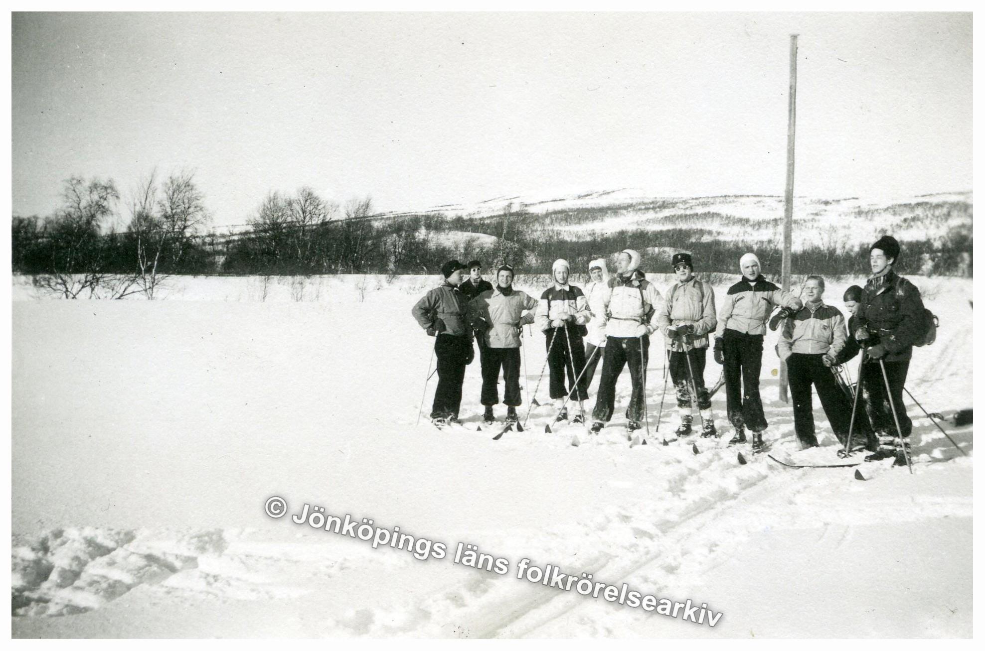 Elva ungdomar på skidor.