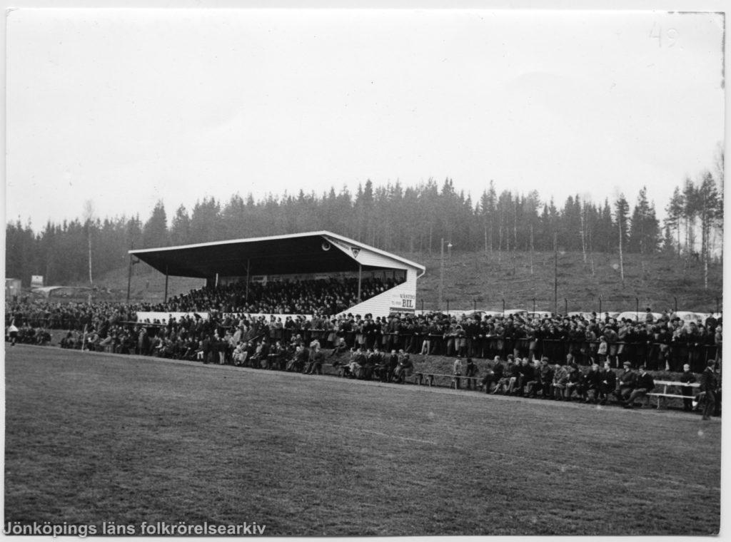 Foto taget från fotbollsplan mot fullsatt läktare.