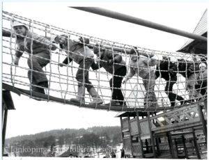 Barn går i en reptunnel uppe i luften.