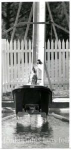 Barn åker i en rutschkana.