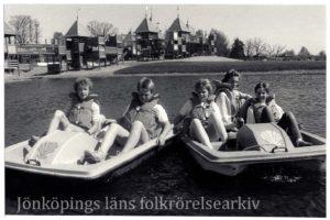 Barn i trampbåtar.