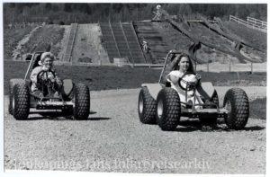 Två kvinnor åker en slags rallybil.