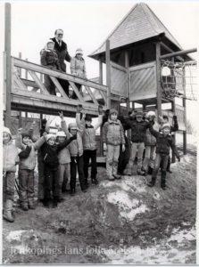 Ett tjugotal barn uppställda vid en lekställning.
