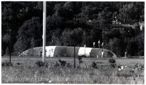 En distansbild på ungdomar som hoppar på en hoppkudde.