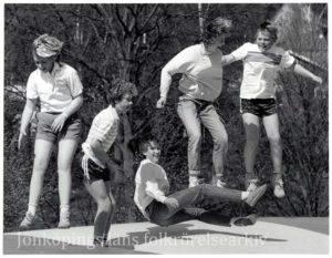 Närbild av ungdomar som hoppar på en hoppkudde.