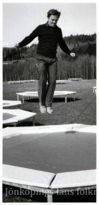 En person hoppar studsmatta.