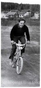 En person på en BMX-cykel.