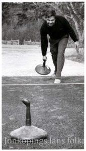 En person spelar ett curling-liknande spel.