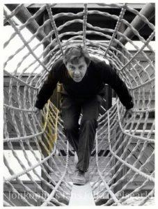 En man går genom en reptunnel.