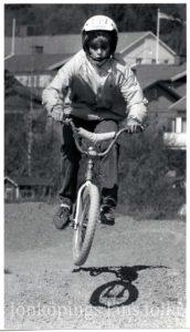 En person på BMX-cykel.