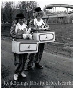 Två clowner med glasslåda på magen.
