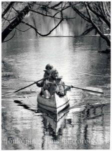 Två personer paddlar kanot.