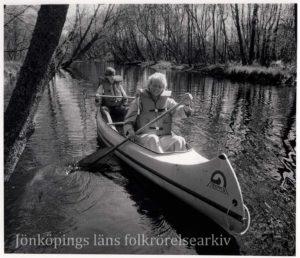 Ett par personer i en kanot på vatten.