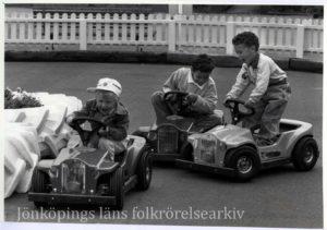 Barn åker leksaksbilar.