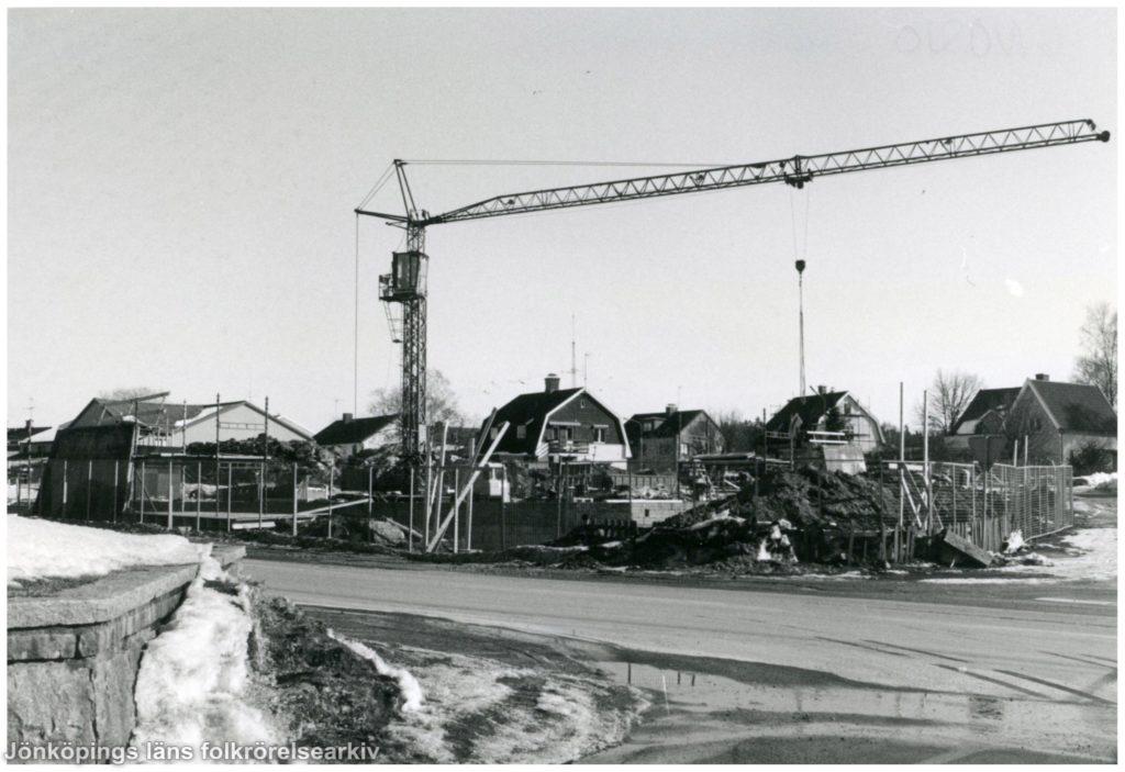 Vy över byggarbetsplats som domineras av en stor kran.