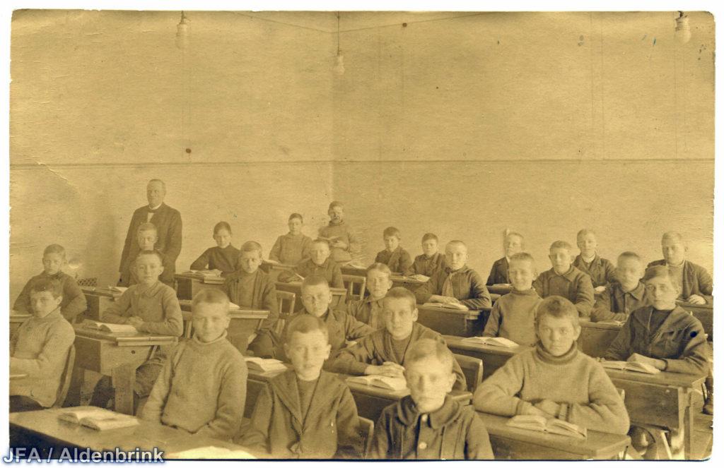 Foto tagen snett framifrån på skolklass. Eleverna ser ut att vara runt tio år.