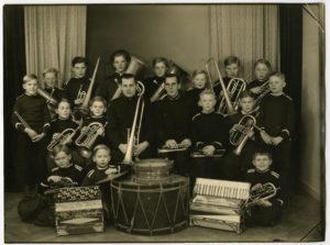 Gruppbild på ungdomar med musikinstrument.
