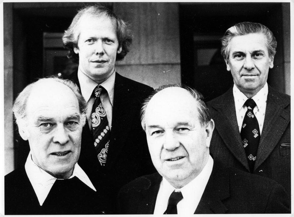 Svartvitt fotografi på fyra män.
