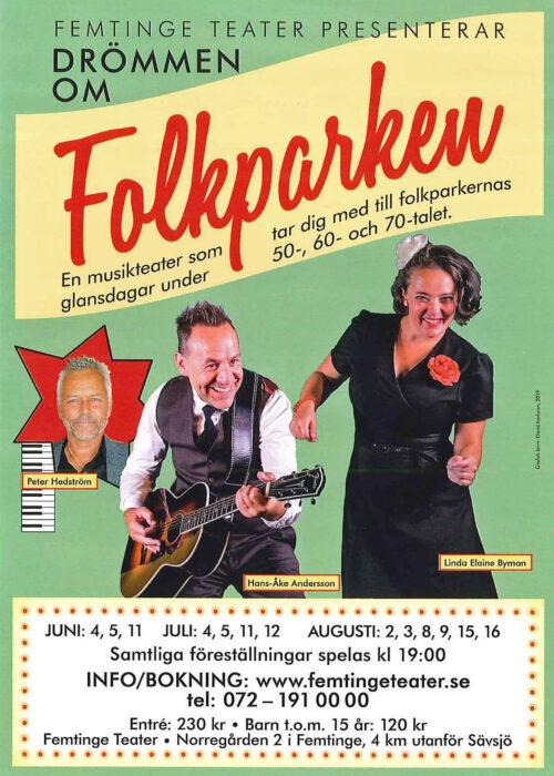 """Flyer. Femtinge teatar presenterar """" Drömmen om Folkparken"""". En kvinna i svart klänning med en röd ros på bröstet dansar. Bakom henne en man med gitarr i vit skjorta och grå väst. Föreställningar 4, 5, 11 juni, 4, 5, 11, 12 juli, 2, 3, 8, 9, 15, 16 augusti. Samtliga föreställningar spela klockan 19. Info/bokning: www.femtingeteater.se"""