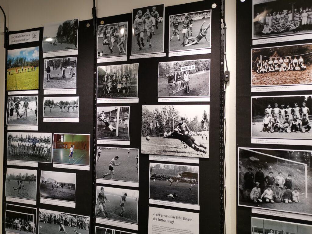 Del av fotoutställning monterad på vägg.