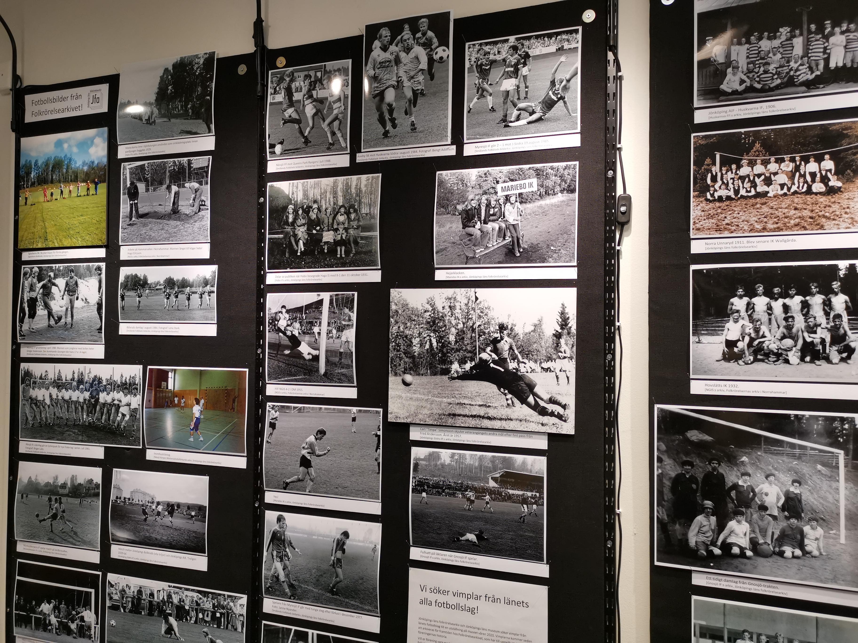 Bild på del av vägg med ett tjugotalfotografier monterade. Fotografierna är alla fotbollsrelaterade.