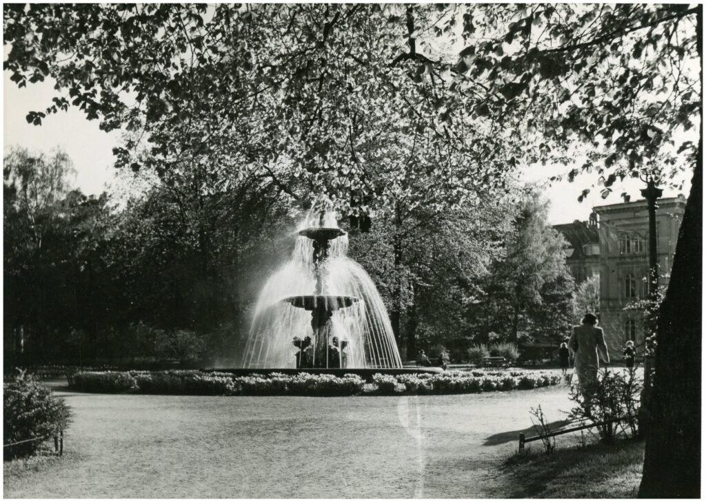 Foto av fontän i parkområde.