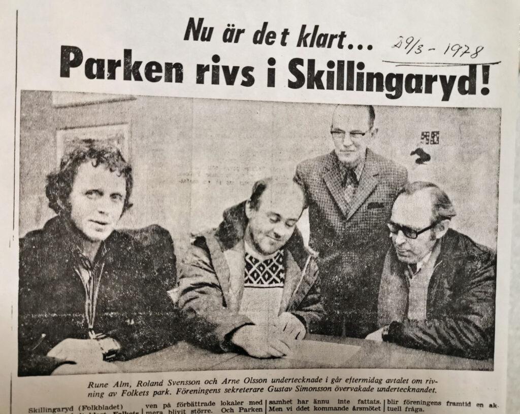 Fyra män vid ett bord. En av dem skriver under ett dokument.