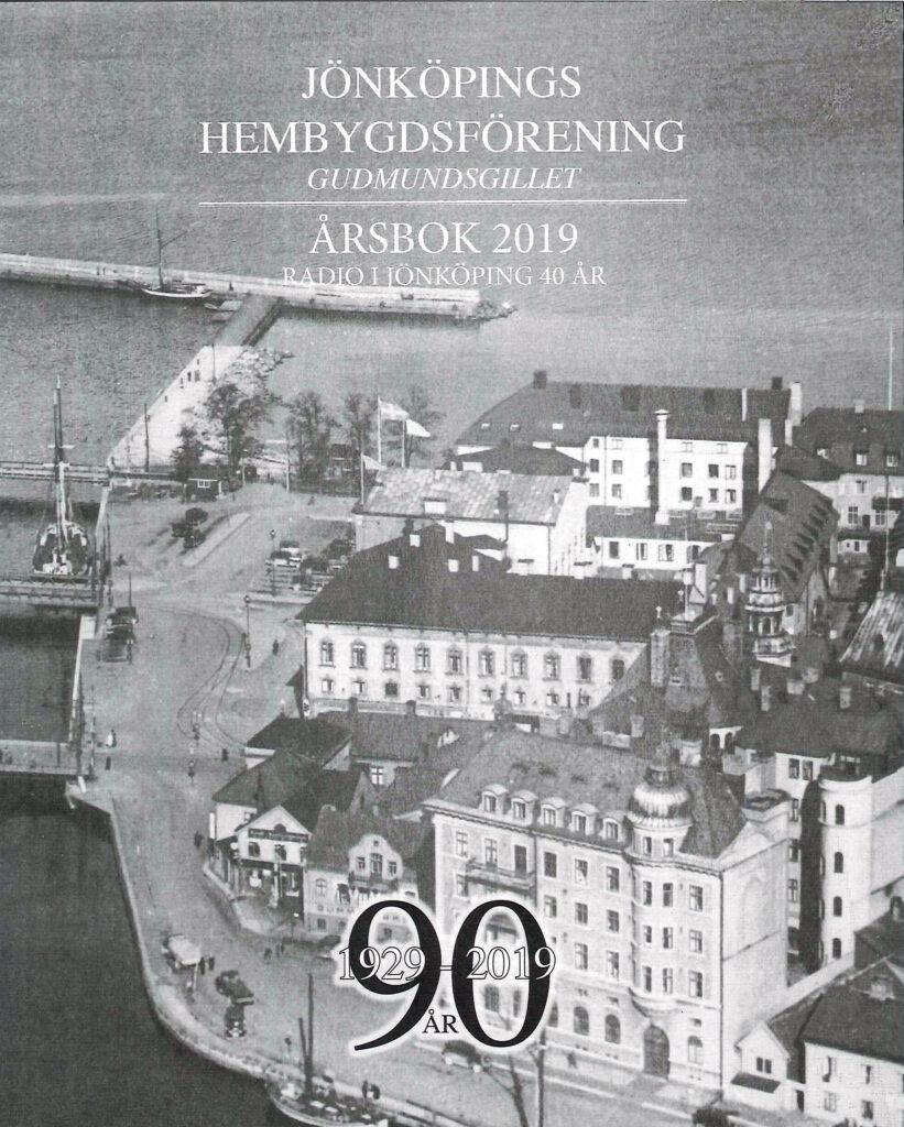 Bokomslag. Foto över stad och hamn.