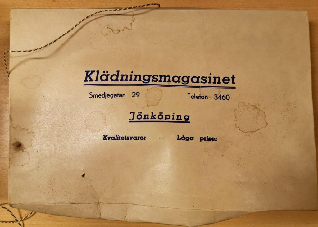 Fotografi av gammal klädkartong.
